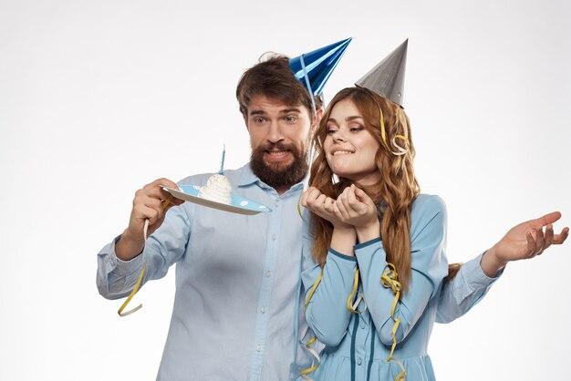 Drôle homme et femme vacances anniversaire surprise amusement lumière