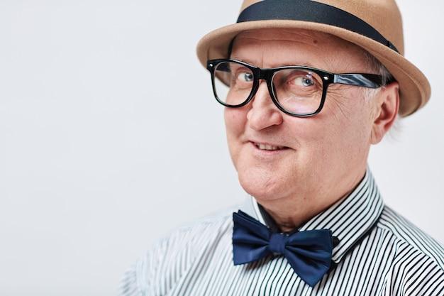 Drôle homme senior au chapeau
