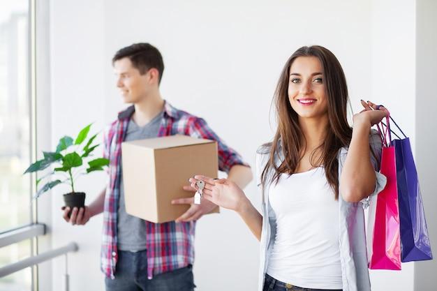 Drôle jeune couple profiter et célébrer le déménagement dans une nouvelle maison.