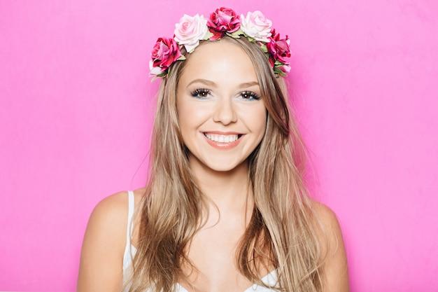 Drôle jolie fille souriante avec des dents
