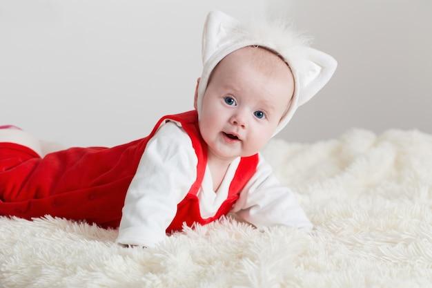Drôle de petit bébé sur le canapé