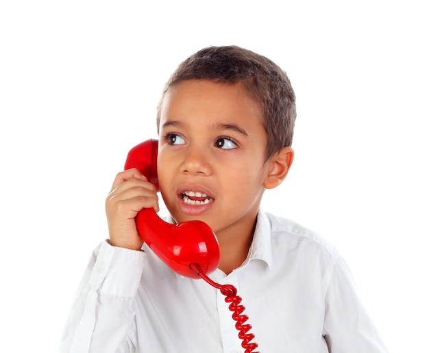 Drôle petit enfant parlant au téléphone