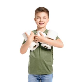 Drôle de petit garçon avec du papier toilette isolé