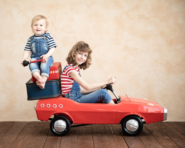 Drôle de petit garçon et enfant jouant à la maison. concept de vacances et de voyage d'été
