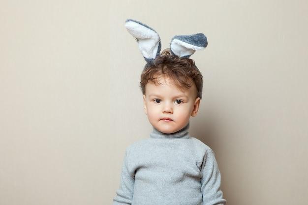 Un drôle de petit garçon grincheux vêtu d'une chemise