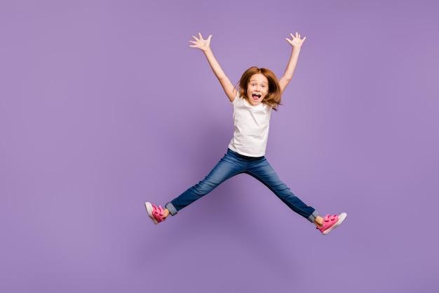 Drôle petite dame foxy sautant haut se réjouissant en forme d'étoile