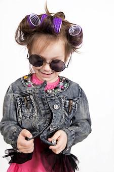 Drôle petite fille en bigoudis