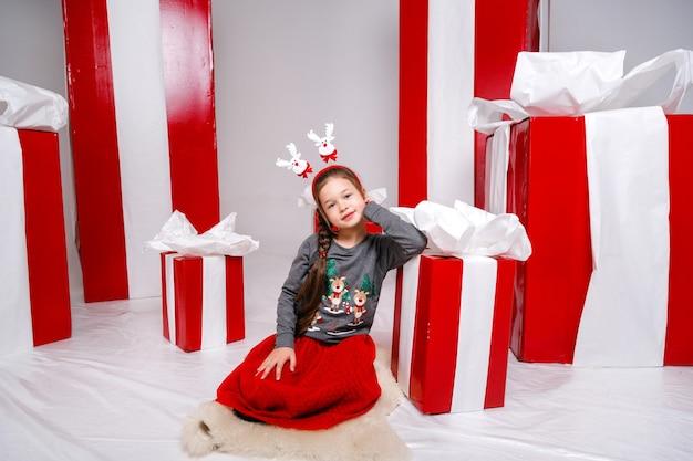 Drôle de petite fille à l'image du nouvel an, montrant différentes émotions.