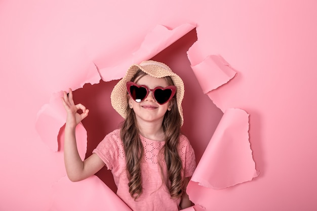 Drôle petite fille avec des lunettes de couleur