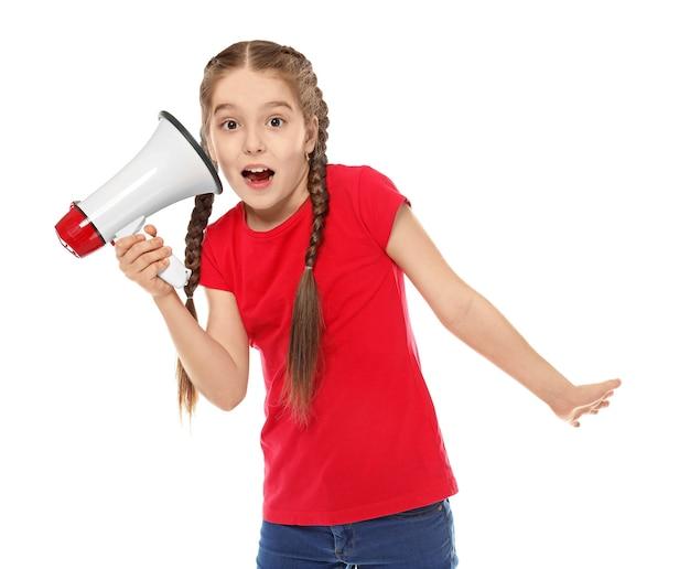 Drôle de petite fille avec mégaphone sur blanc