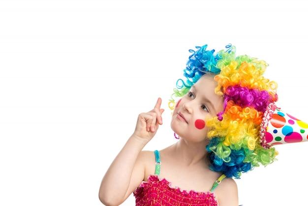 Drôle petite fille en perruque multicolore
