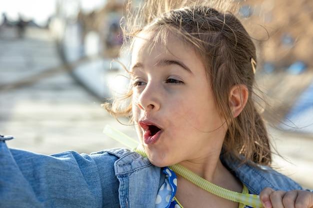 Une drôle de petite fille a vu quelque chose d'intéressant au loin et l'a montré du doigt.