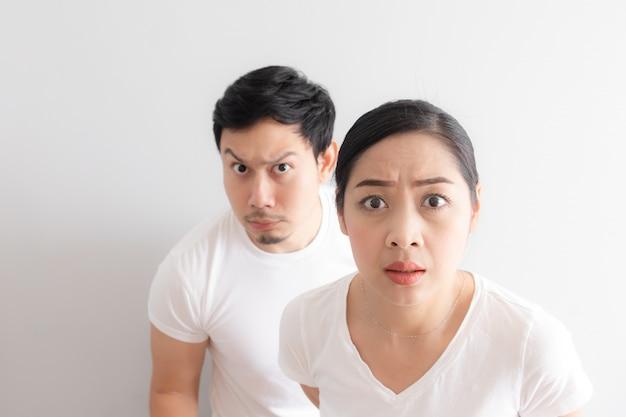 Drôle de visage d'un couple d'amoureux dans le doute à une chose incroyable qu'ils regardent