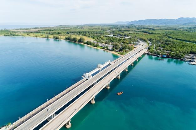Drone aérien coup de pont avec des voitures sur le pont route image transport fond