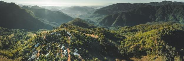 Drone aérien de nature sauvage de la thaïlande du nord photo de la vallée de la montagne avec des collines couvertes de verdure