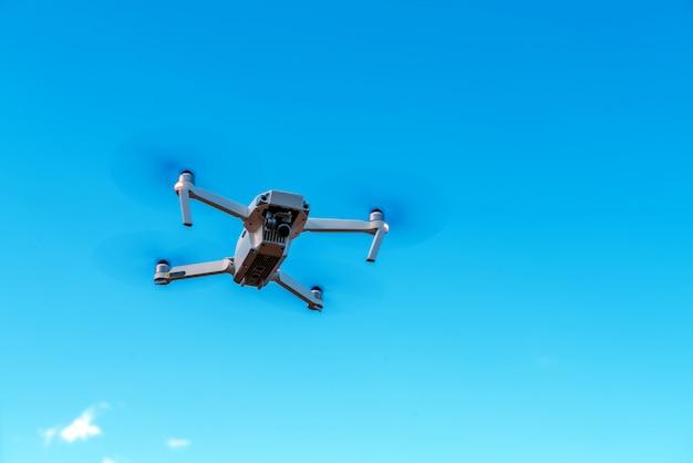 Drone aérien sous fond de ciel