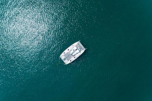 Drone aérien vue de dessus coup de bateaux à voile en mer tropicale