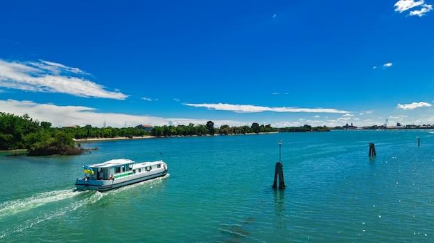 Drone aérien vue de péniche dans la lagune de venise, croisière voyage en famille en bateau de vacances en italie