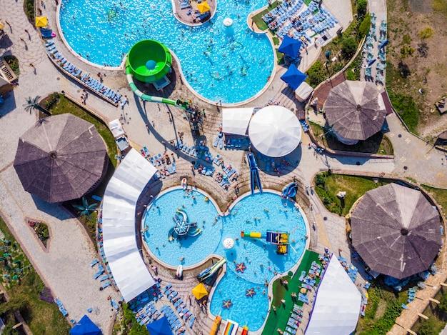Drone aérien vue regardant directement d'en haut amusant d'été coloré au parc aquatique
