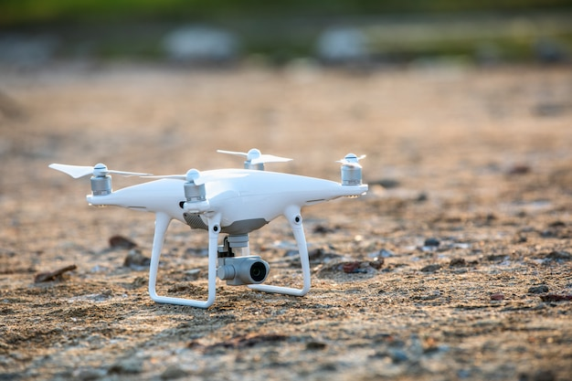 Drone blanc au sol