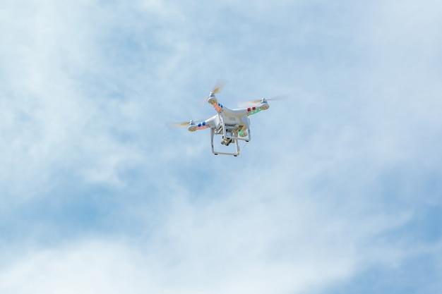 Drone blanc en vol stationnaire