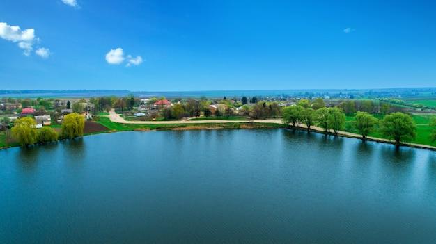 Drone avec une caméra, bel été petite rivière d'une hauteur
