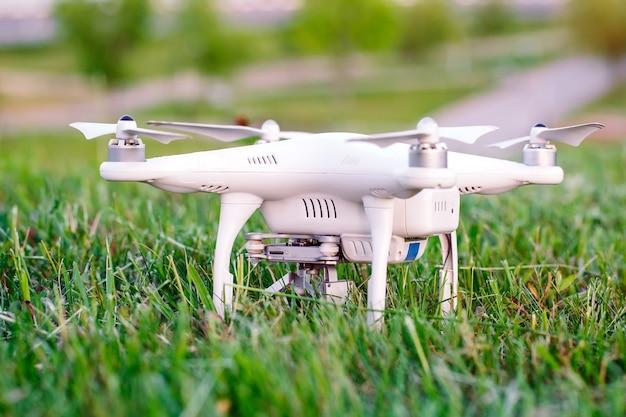 Drone avec caméra dans l'herbe se préparant à voler