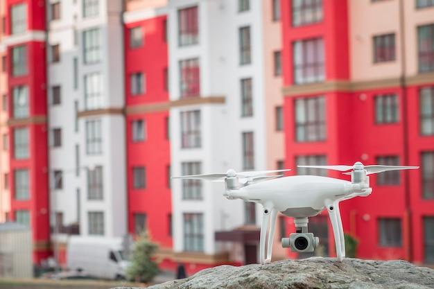 Drone avec caméra volant sur un chantier de construction