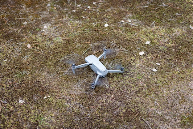 Drone dans le sol de la forêt prêt à commencer à voler