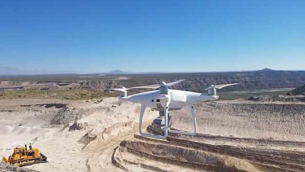 Drone faisant des prises de vue aériennes du mouvement au sol