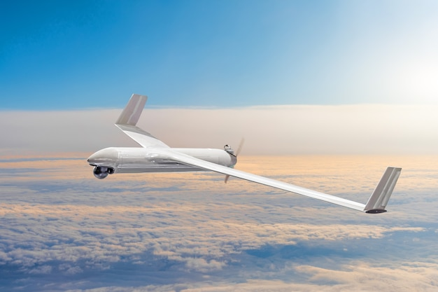 Drone militaire sans pilote sur le territoire aérien de patrouille à haute altitude.