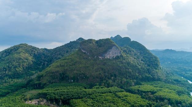 Drone nature view de montagne nature coeur incroyable à surat thani, thaïlande