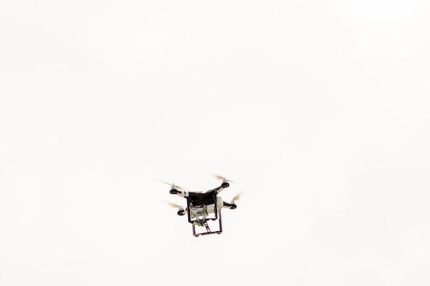 Drone noir volant dans le ciel