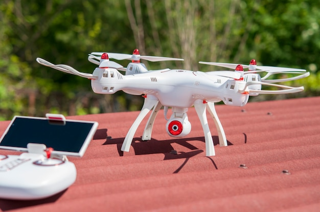Le drone avec le panneau de contrôle sur le toit.