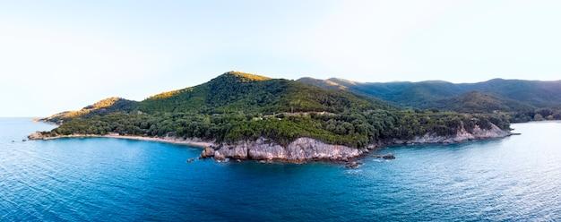 Drone panorama du coucher du soleil à halkidiki avec mer bleue et montagnes, grèce