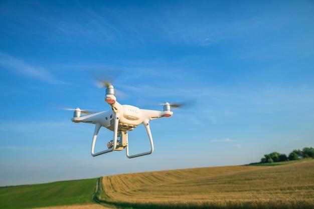 Drone quad copter sur un champ de maïs jaune