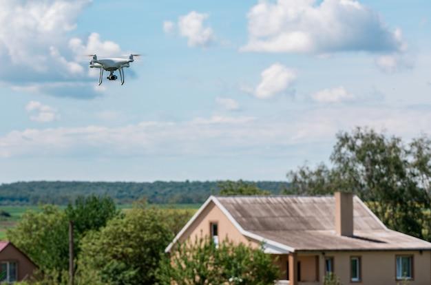 Drone quad copter sur champ de maïs vert