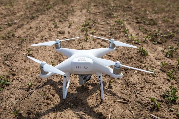 Drone quad copter sur champ vert