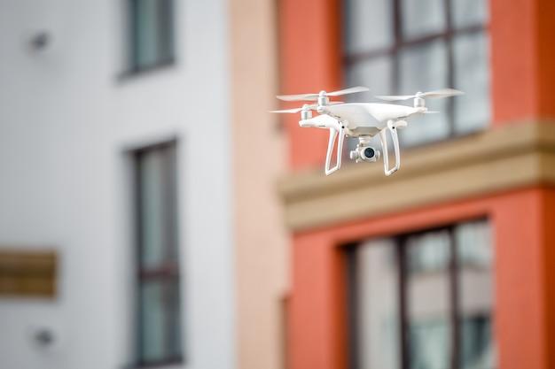 Drone quad hélicoptère avec caméra espionnant la maison