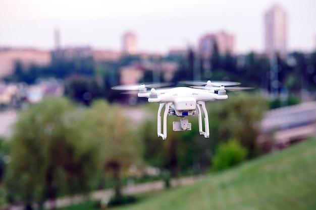 Drone quad hélicoptère avec caméra numérique haute résolution volant au-dessus de la ville