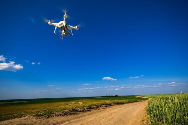 Drone quad hélicoptère sur un champ de maïs vert