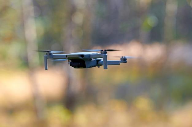 Drone quadrirotor dans le ciel. un petit drone vole dans le ciel en prenant des vidéos et des photos.