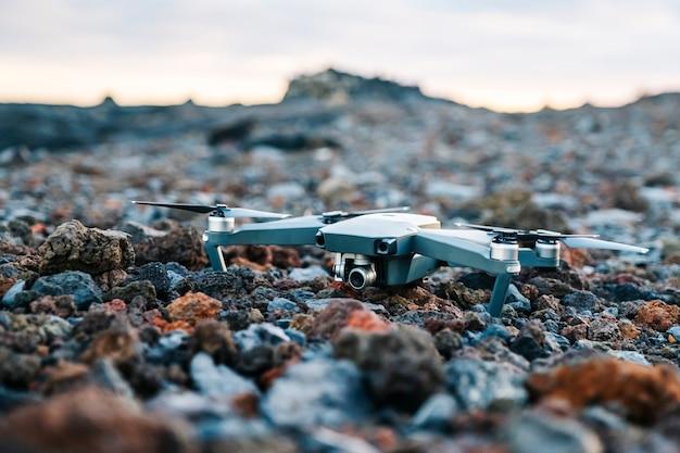 Un drone sur un sol en pierre volcanique de différentes couleurs