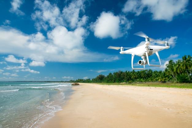 Drone survolant la mer.
