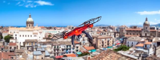 Drone survolant la ville. palerme, sicile