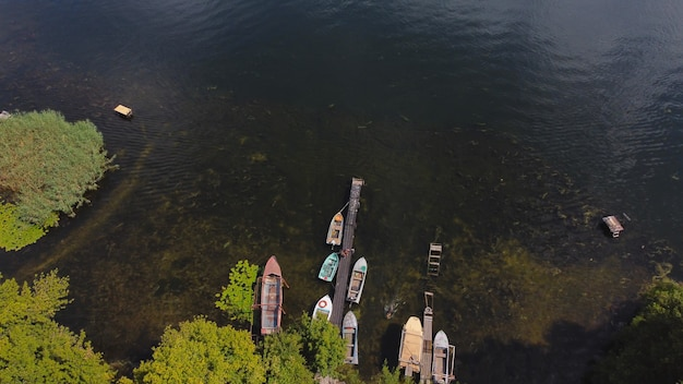 Drone survole la rivière agitant de couleur bleue