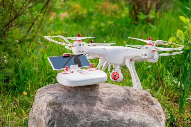 Drone avec télécommande sur un fond de nature.