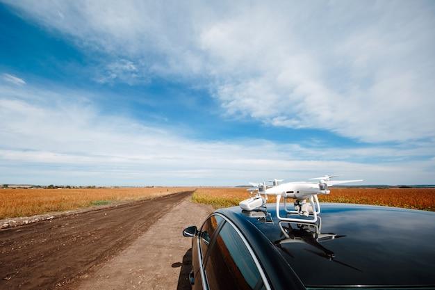 Drone sur le toit de la voiture