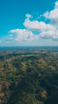 Un drone tourné avec des montagnes
