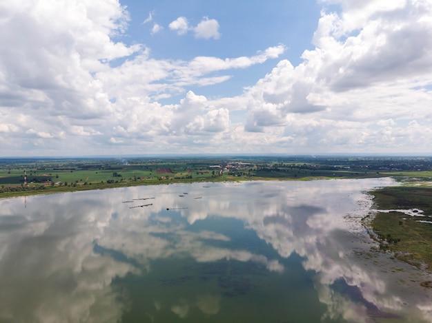 Drone tourné vue aérienne paysage pittoresque du barrage du réservoir de la rivière et de la forêt
